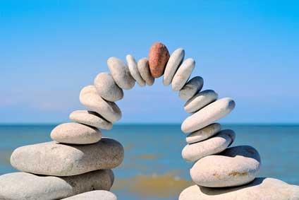 Eine Steinbr�cke am Strand