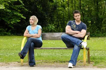 Ein streitendes Paar auf einer Parkbank